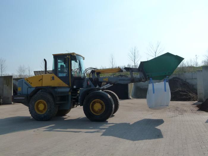 Bigbags die worden gevuld voor vervoer naar een locatie